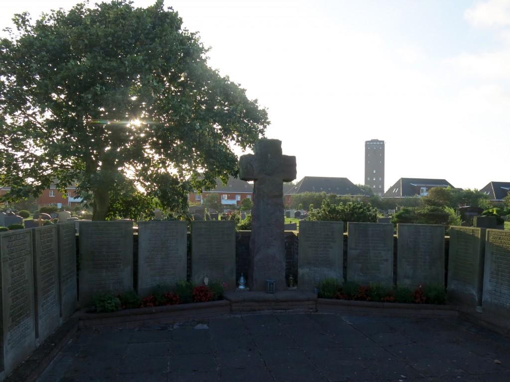"""Sober monument voor de in WO I&II gesneuvelde """"zonen"""" van Norderney."""